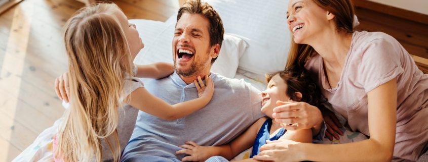 Småbarnsfamilie som har det hyggelig sammen